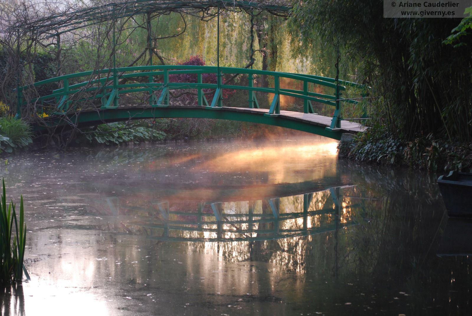 Puente en el jardin de Claude Monet en Giverny Francia