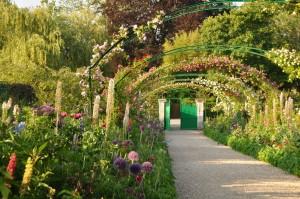 Paseo con arcos en el jardin de Monet